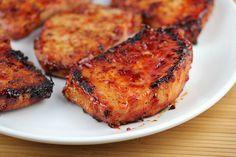 Ingredientes:  - 1 xícara de ketchup  - 1/3 xícara de mel  - ¼ xícara de molho de soja  - 2 dentes de alho (picados)  - 1 1/2 kg costeletas de porco sem osso (dividido em 6 pedaços)  - sal e pimenta a gosto
