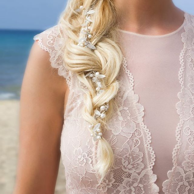 DRKS hairpiece Coco on a beach wedding  #DRKS #luxury #coco #beachwedding #beachwedding #bridalinspiration #leafs #flowers #bridal #bride #bruid #bruiloft #fashion #accesoire #jewellery #couture #blog #musthave #mua #wedding #huwelijk #sieraden #fashion #designer #wedding #parels #pearls #weddingplanner #stylist #fashionista #vintage #hairpiece #headband