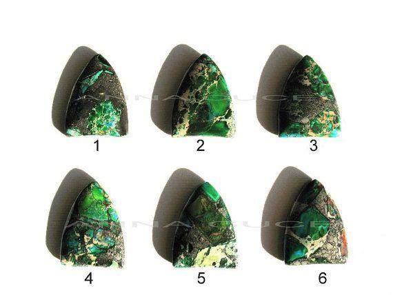 Cabochon regalite pietra preziosa tonalità verde tinta di AnnaCuce