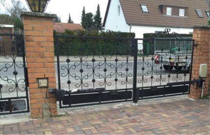 Gartenzaun Gartentor mit elektronischem Antrieb