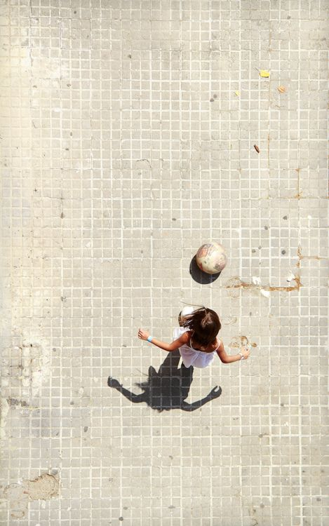 Girl playing ball / www.noemau.jimdo.com