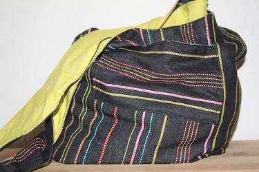 Hippie Tasche zum Umhängen mit Streifenmuster.