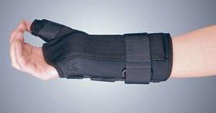 Como tratar a tenossinovite com uma cinta de pulso. A tenossinovite é uma condição em que as bainhas do pulso e os tendões que correm em seu interior ficam inflamados. Isso pode causar inchaço, dor e até mesmo limitação do movimento da mão e do pulso. Quando você tenta fechar a mão, segurar alguma coisa ou girar o pulso, a dor normalmente irá incomodá-lo, fazendo com que retorne para a posição ...