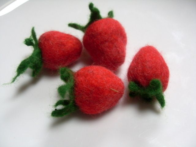 4 gefilzte Erdbeeren fuer den Kaufmannsladen