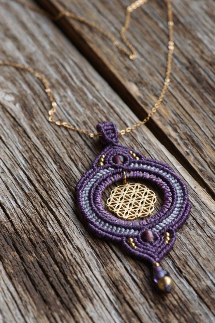 """schöne """"Blume des Lebens"""" makramee Halskette in violett und gold mit Perlen verziert, Coachella style, golden von JoyMadebySahraJoy auf Etsy https://www.etsy.com/de/listing/294468017/schone-blume-des-lebens-makramee"""