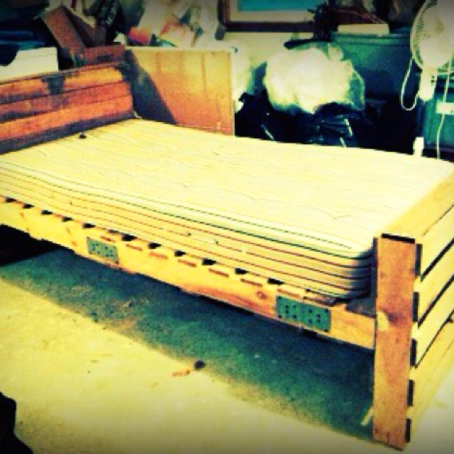 Pallet twin bed :) <3