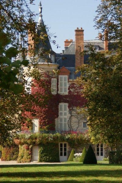 Chateau rambouillet  est modeste au milieu de son immense par de 100 hectares…