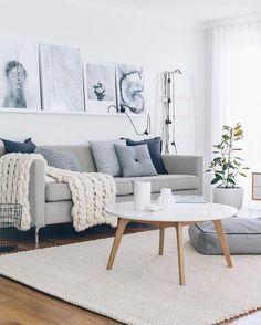 Sofá cinza azulado, almofadas azul escuro e cinza