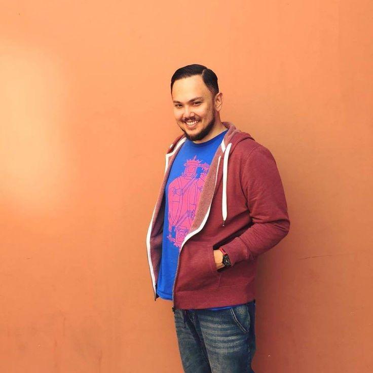 """1. Saya memang anak kelahiran Singapura. Arwah Abah saya orang Jawa Mak saya orang Belanda. Saya sudah menetap di Kuala Lumpur sejak 2006. Ye lagu """"Seribu Tahun"""" sudah 10 tahun. 10 tahun people.  2. Saya seorang marketing executive (pembeli iklan pemasaran digital dan perunding media sosial). Saya telah berkecimpung dalam bisnis ini sejak 2004. Muzik adalah kerjaya kedua untuk saya sejak mula lagi.  3. Saya pengarah kreatif untuk syarikat milik Dato' Fazley Yaakob iaitu SukaSucre Bistro dan…"""