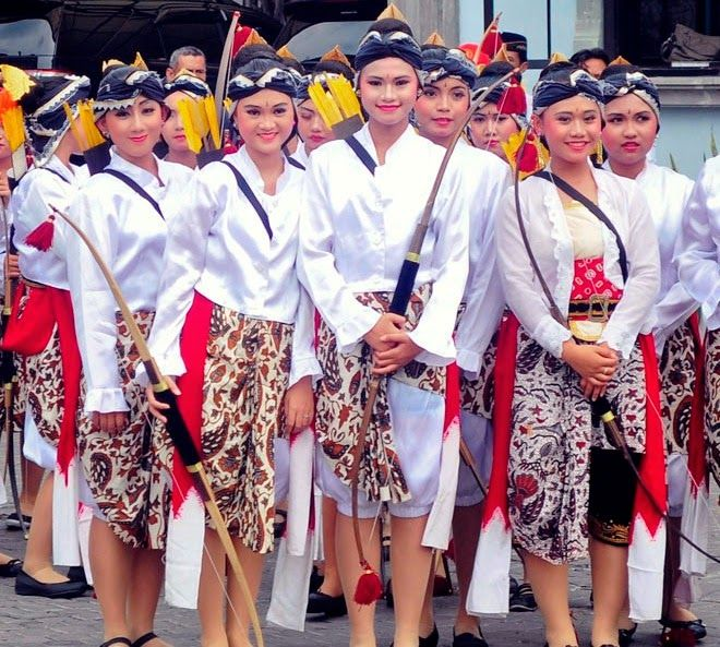 Dugderan is a festival to mark the start of the fasting month of Ramadan in which was held in the city this Semarang.Event market enlivened by the people, a week before dugderan.Karnaval Dugderan followed by soldiers with traditional costumes, warak ngendog, cannons, and others.