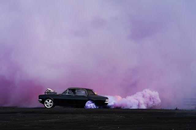 Très belle photographie d'un burn out de voiture ! Les clichés de ce genre de discipline sont souvent bluffants.