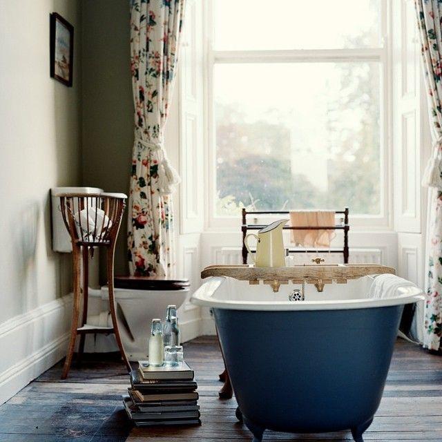 Inspiration badrum med badkar i centrum