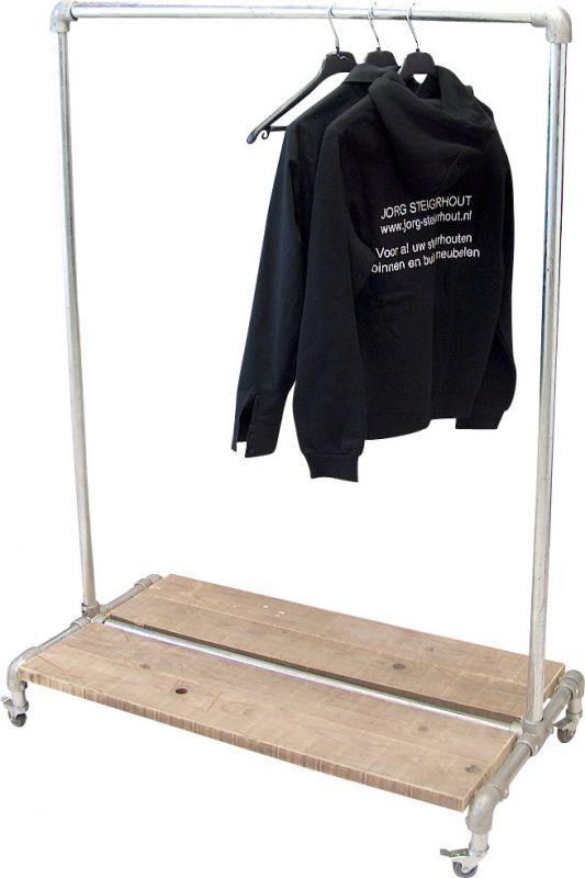 Stoer kledingrek van steigerbuis en steigerhout, voor als je niet al teveel ruimte hebt voor een kast.