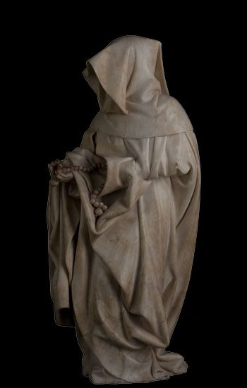 John the Fearless tomb mourner_72.jpg (350×550) Mourner with a drawn hood holding a rosary