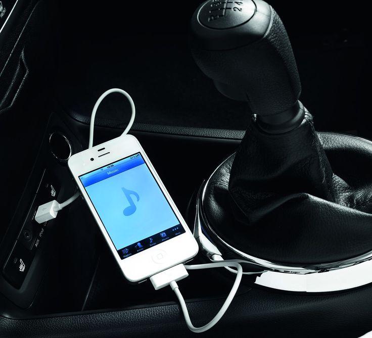 Podłączanie multimediów  i20 może być opcjonalnie wyposażony w port USB/iPod/iPhone oraz pomocniczy port do podłączania lub ładowania innych urządzeń.