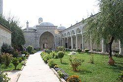 Sultan II. Bayezid Külliyesi Sağlık Müzesi - Vikipedi Külliye içinde 1488'den beri yer alan darüşşifa (hastane), 1877-1878 Osmanlı-Rus Savaşı'na kadar aralıksız 400 yıl boyunca önceleri her türlü hastaya; sonraları sadece ruh ve akıl hastalarına hizmet vermiş bir sağlık kuruluşudur. Geçmişte hastalarının müzik, su sesi ve güzel kokularla tedavi edildikleri bu tarihi mekân, 1997 yılından bu yana Trakya Üniversitesi tarafından sağlık müzesi olarak düzenlenmiş, 2000 yılında Darüşşifa'nın…