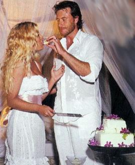Tori Spelling Fiji Wedding Photos - Tori & Dean share a bit of sugar - Waleg Photo Galleries
