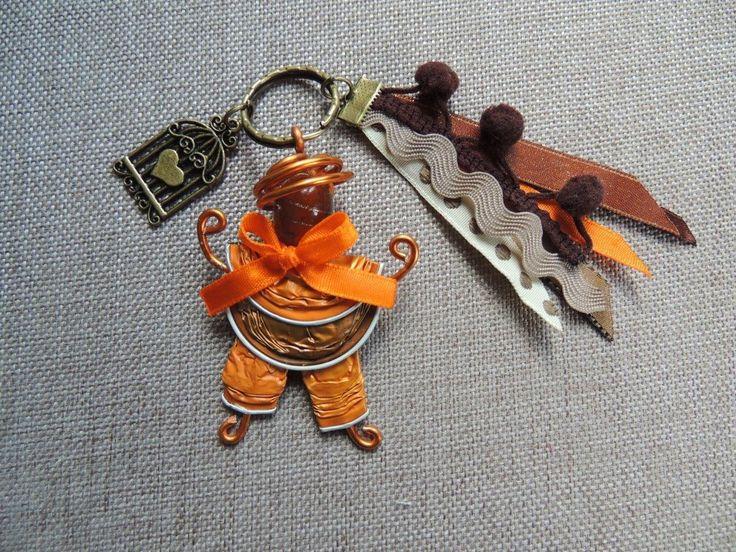 Porte clés poupée nespresso orange et marron                                                                                                                                                                                 Plus