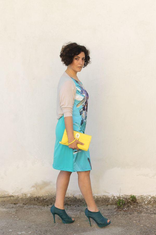 how to wear LBD, light blue, little black dress, curvy, plus size, what to wear for a wedding party, come indossare il tubino, tubino, smash rimini, mina gamboni, come abbinare azzurro, plus size fashion, plus size blogger, curvy girls, italian fashion blogger, fashion blog italiani, curly hair, capelli ricci, vestito cristalli, donne formose, taglie forti, moda curvy, consigli plus size, outfit, look of the day, ootd
