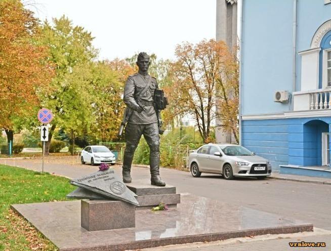 Памятник солдату-почтальону в Воронеже