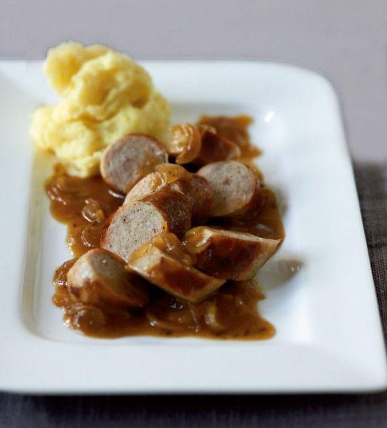 Bratwurst geht immer und wenn sie auch noch in dieser köstlichen Zwiebel-Malzbier-Sauce schwimmt snacken wir sie in einem Happs.