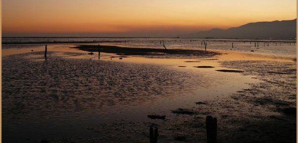 El sol se oculta en las playas del Delta del Ebro.