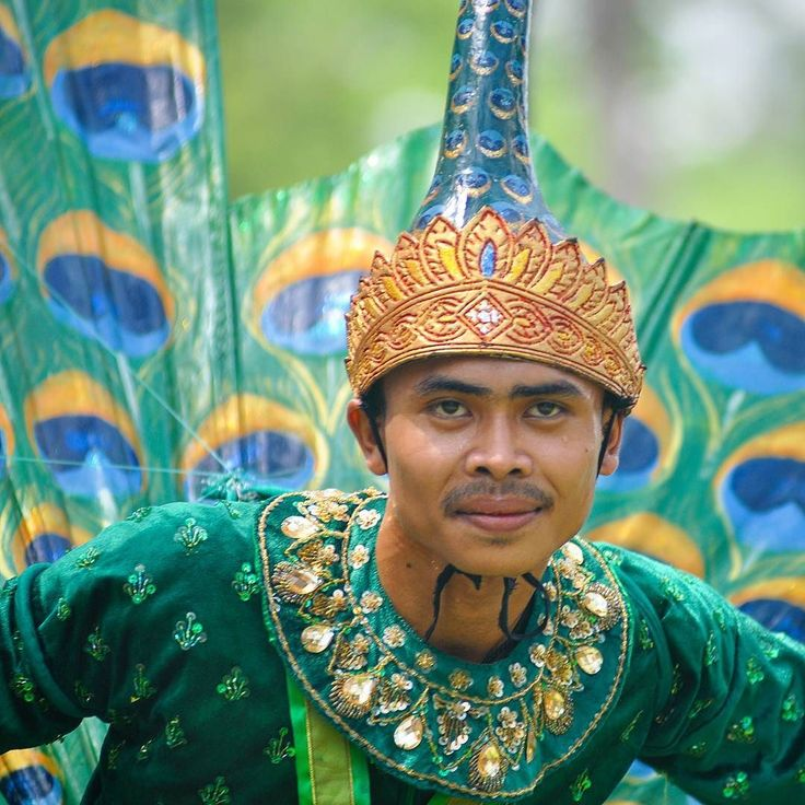 """The Peacock of Pailin Dance"" is a traditional Cambodian dance depicting a courting scene between a peacock and a peahen and it is said that this dance brings happiness and prosperity to the villagers.  #siemreap #cambodia #khmer #angkor #culture #khmerculture #khmerdance #travel #traveling #TFLers #vacation #visiting #instatravel #instago #instagood #trip #holiday #photooftheday #fun #travelling #tourism #tourist #instapassport #instatraveling #mytravelgram #travelgram #travelingram…"