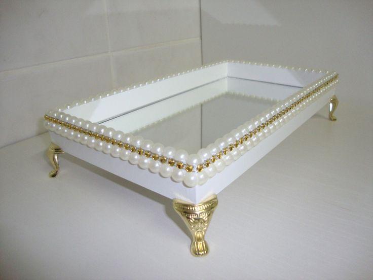 Bandeja de MDF branca pintada e vernizada. Base de espelho e decoração com meia pérolas e strass dourado. Pés egípcios.  Fazemos sob medida e da cor desejada.