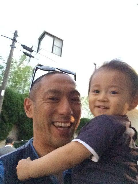 家に帰ればパパの顔!市川海老蔵と息子・勸玄の「ニッコリショット」