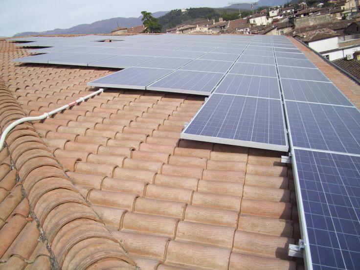 CLIENTE: Comune di Rieti presso Caserma Vigili Urbani ed Istituti Scolastici - CAPACITÀ DI PRODUZIONE IMPIANTO: 163,52 kWp (particolare impianto su copertura in tegole). Sono stati installati cinque diversi impianti per una potenza totale di 163.520 Wp: tre da 29,4 kWp in tre diversi Istituti Scolastici (due con copertura ondulata ed uno con tetto piano), uno da 21 kWp presso altro Istituto (con copertura in tegole) ed uno da 54,32 kWp presso la Caserma dei Vigili Urbani (con tetto piano).