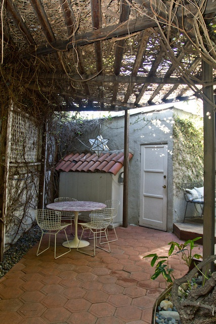 cute outdoor space,love the vines!: Apt Therapy, Back Doors, Hollywood Cottages, Vines Covers, Bohemian West, Backyard, Outside Spaces, Blythe Bohemian, Outdoor Spaces Lov