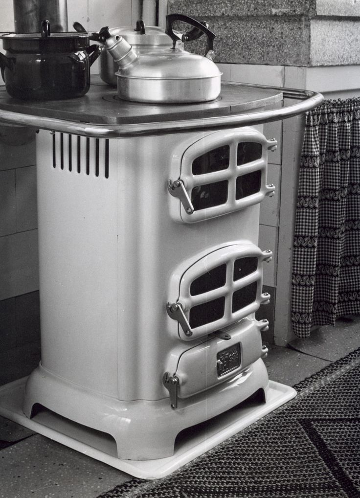 Keukenkachel waarop een fluitketel en enkele pannen staan, Rotterdam, Nederland 1959.