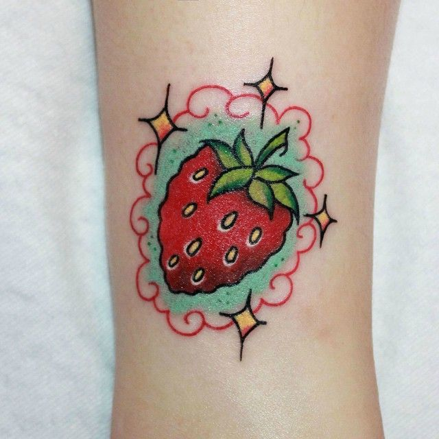 Strawberry tattoo by zmrtattoo/Instagram