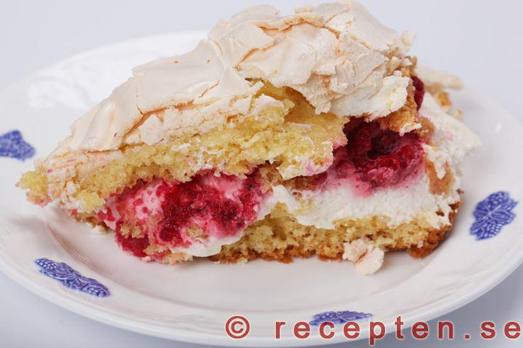 Marängtårta / Pinocchiotårta - Recept på en klassisk marängtårta även kallad pinocchiotårta. Grädda i långpanna eller två runda formar. Bilder steg för steg.