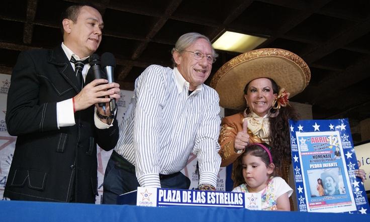 Robert Alexander, conductor de Un gringo en México, plasmó sus huellas y tuvo como madrina Lupita Infante.