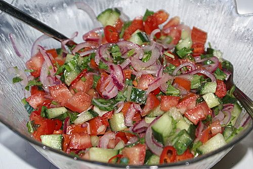 Türkischer Tomatensalat Zutaten 100 g Zwiebel(n) ½ TL Salz 500 g Tomate(n) 250 g Gurke(n) 1 kleine Peperoni ½ Bund Petersilie, glatte Für das Dressing: 25 ml Zitronensaft, frisch gepresster 25 ml Öl Salz