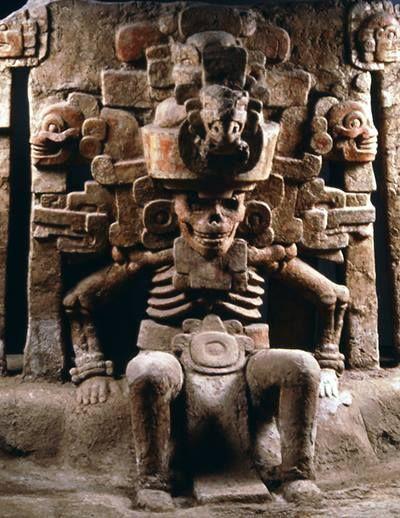 Representación del dios Mictlantecuhtli o 'señor del lugar de los muertos' en la mitología mexica, zapoteca y mixteca es el dios del inframundo y de los muertos, también llamado Popocatzin,'ser humeante' y por lo tanto dios de las sombras. Junto a su esposa Mictecacíhuatl, regía el mundo subterráneo de Mictlán. Ejercía su soberanía sobre los nueve ríos subterráneos y las almas de los muertos.