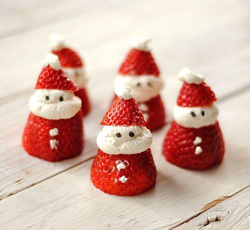 Este postre navideño es superfácil de hacer, por lo que los niños podrán ayudarnos y disfrutar de este sorprendente Papa Noel hecho con fresas.  In