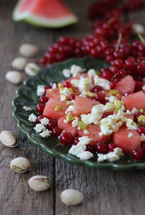 Wassermelonen Feta Salat mit Johannisbeeren und Pistazien