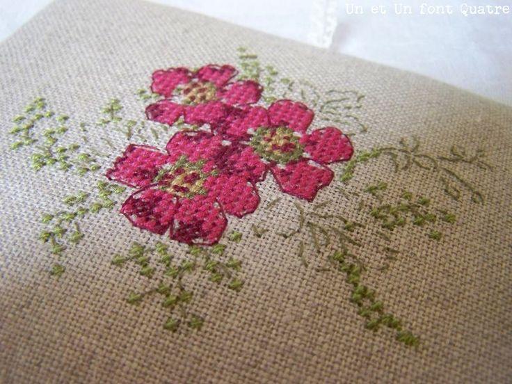 Quelques fleurs ont éclos sur le couvercle de ma boite nomade...Grille : Liberty au point de croix - Hélène Le Berre (couleurs modifiées...