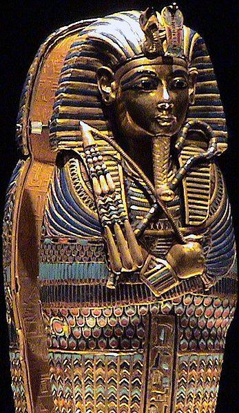 troisième sarcophage du roi Toutankhamon qui a régné en Egypte de -1336 à -1327. Il est composé d'or contreplaqué, de verre, de pierres précieuses et semi-précieuses.