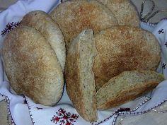 Au Maroc, le pain est considéré comme un aliment de base. Il est présent à tous les repas et est préparé avec des céréales différentes. Traditionnellement, les femmes marocaines préparent leur pain et l'envoient pour cuisson dans des fours traditionnels....