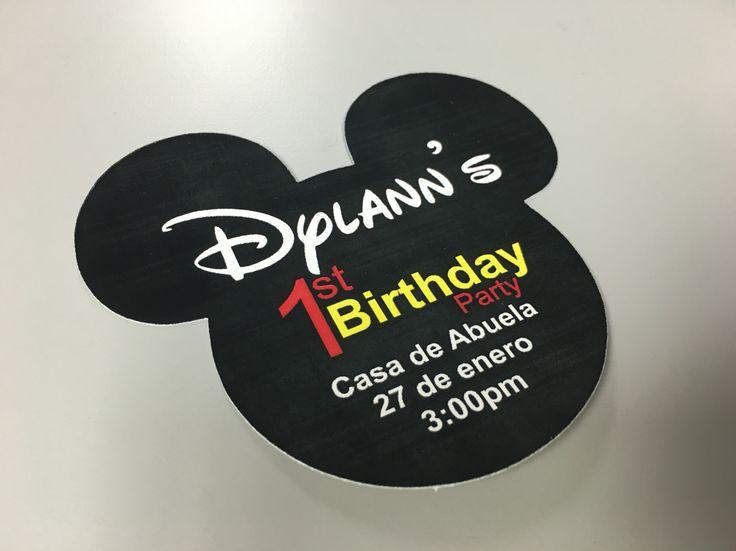 Invitación troquelada con la forma de la cabeza de Mickey Mouse.