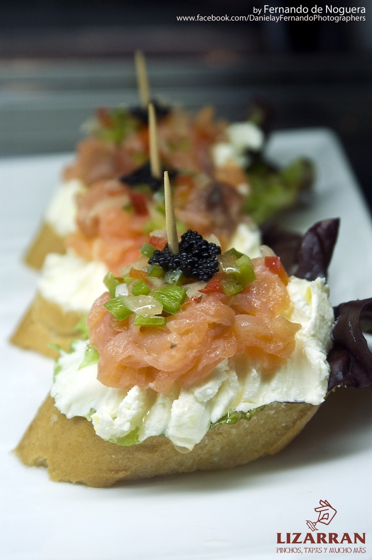 Pincho de salmón y queso fresco (Taverna Lizarrán de Tarragona) http://ponelmantel.blogspot.com.es/