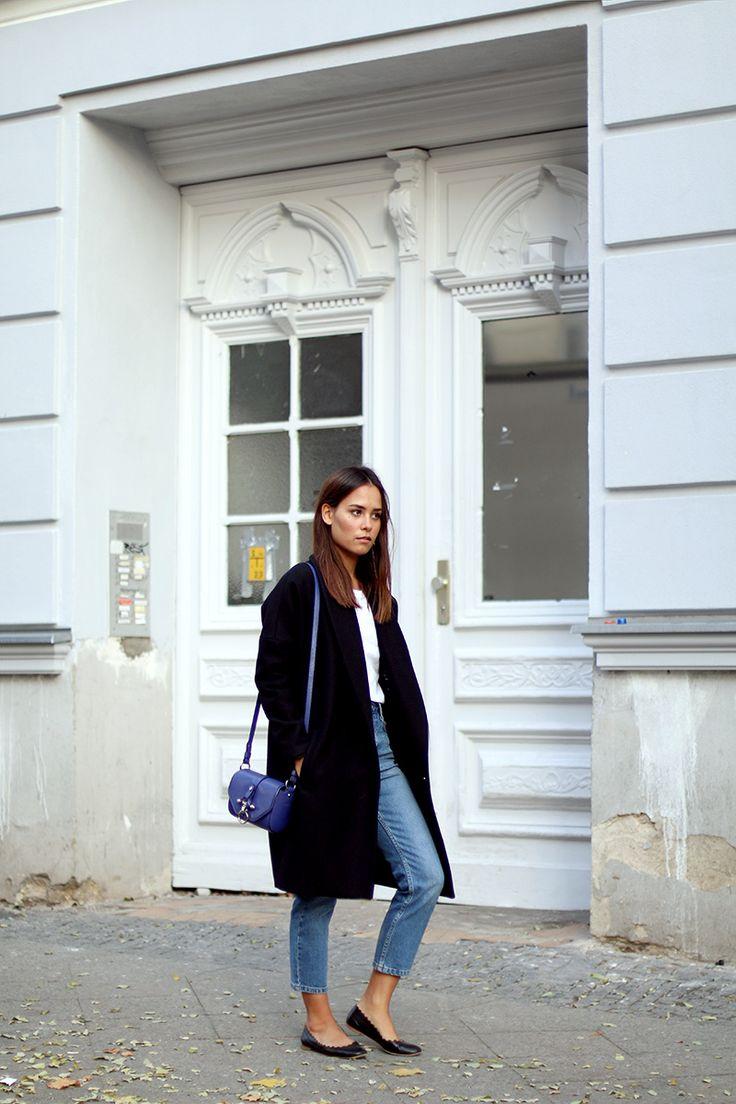 So eine royal blaue Tasche zu grauen Outfits