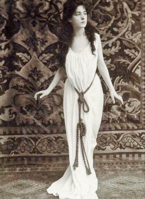 source : harvard university houghton library  _  Florence Evelyn Nesbit (25 décembre I884 - I967)  est une danseuse de revue américaine.   Attirant l'attention par sa beauté frappante, elle posa pour plusieurs artistes et photographes de renom.  Elle est considérée comme l'une des Gibson Girls les plus marquantes.  Sa notoriété lui vient principalement de son implication dans le meurtre de son ex-amant, l'architecte Stanford White, par son premier mari, H.K. Thaw.