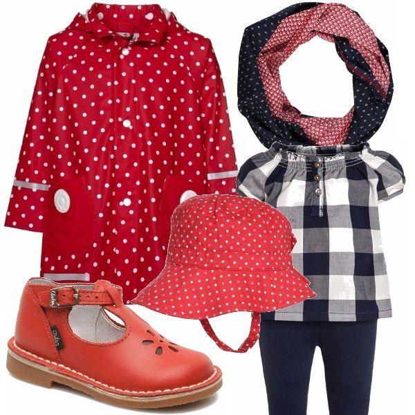 Outfit allegro e vivace con impermeabile rosso ciliegia abbinato ad un completino navy a quadri, cappellino e scarpine primi passi rossi con foulard navy-red.