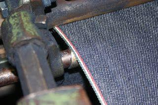 TINTURA DEL JEANS - Nel tessuto denim (jeans) solo l'ordito viene tinto e la trama resta in greggio. La tintura utilizzata è l'indaco, un colorante naturale, che oggi viene prodotto sinteticamente. Il colore si depone solo all'esterno dei fili attraverso un processo di bagno ed ossidazione che lascia bianco l'interno dei fili. Per questo ragione con il tempo e con l'usura il tessuto denim sciarisce progressivamente.