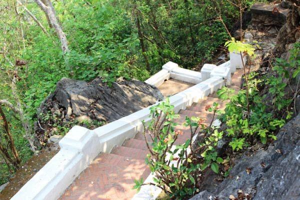 Những bậc thang ngoằn ngoèo lên đỉnh núi Phousi tại Luang Prabang