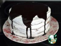 Шоколадный торт с черносливом  Мука пшеничная — 200 г  Яйцо куриное — 2 шт  Сахар — 220 г  Молоко — 210 мл  Масло сливочное — 90 г  Сода — 1 ч. л.  Соль — 1 щепот.  Какао-порошок — 40 г  Уксус — 3/4 ст. л.  Крем  Сметана — 400 г  Сахарная пудра — 100 г  Масло сливочное — 40 г  Загуститель для сливок — 1 пакет.  Глазурь  Масло сливочное — 50 г  Сахар — 2 ст. л.  Какао-порошок — 4 ст. л.  Молоко — 4 ст. л.  Начинка  Чернослив — 200 г  Орехи грецкие — 100 г